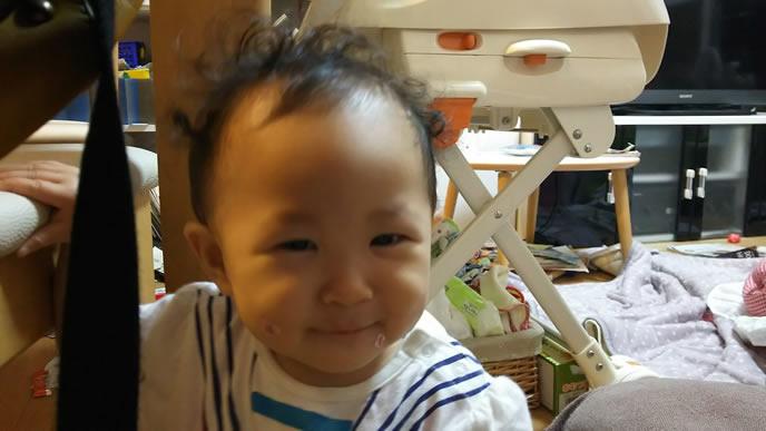 全体的に髪が逆立っている赤ちゃん