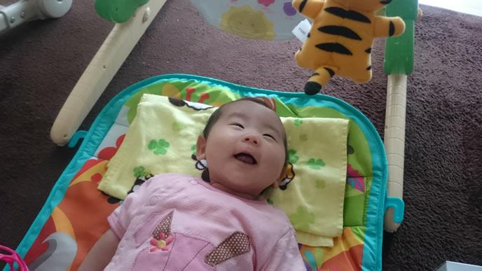 メリーを見て笑顔になる赤ちゃん