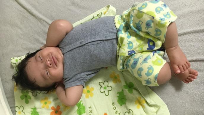 ふかふかの肌着で満足そうな顔の赤ちゃん