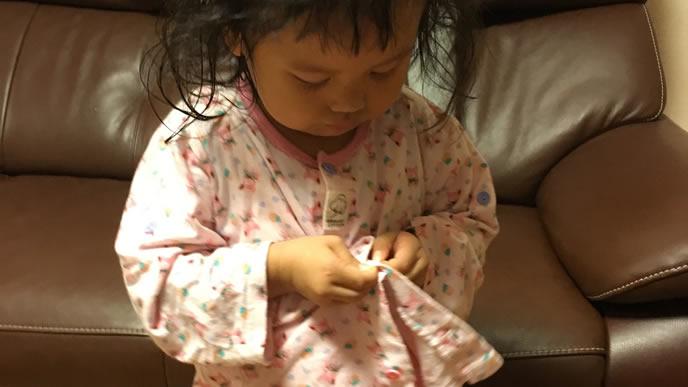 洗濯したパジャマを自分で着る女の子