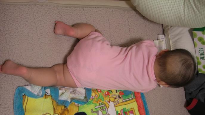 ピンクのオシャレなロンパースを着た赤ちゃん