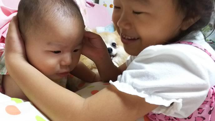 赤ちゃんの面倒を見る姉