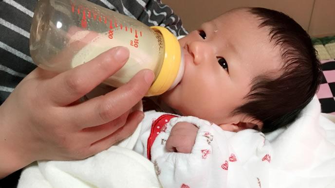 新生児黄疸が治り元気にミルクを飲む赤ちゃん