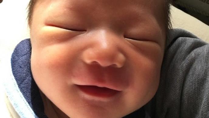 安らかな天使の笑顔の赤ちゃん