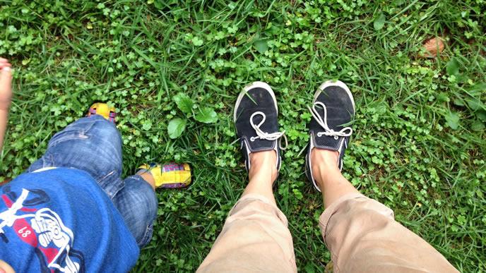 ママと一緒に公園にでかける男の子