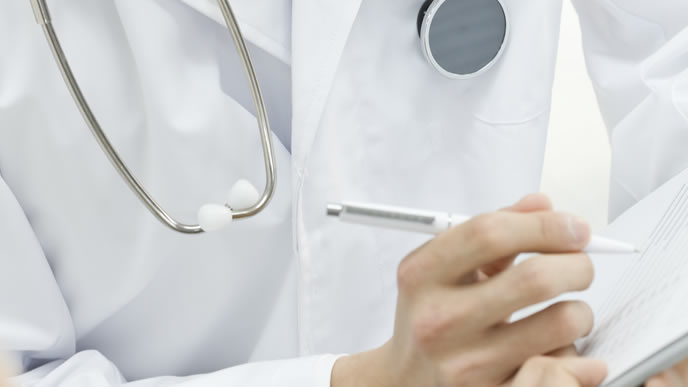 赤ちゃんがかかると危険な黄疸について教える医師