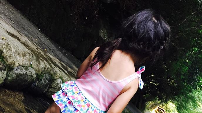 髪を横に束ねて川遊びする女の子