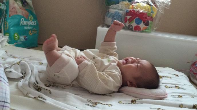 自分の手に驚きギャン泣きする赤ちゃん