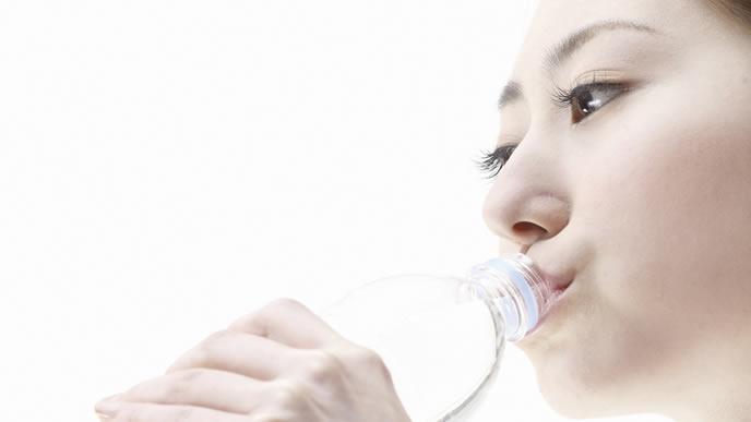 便秘対策で水を積極的に摂る女性