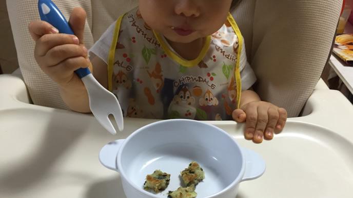 苦手な離乳食を頑張って食べる赤ちゃん