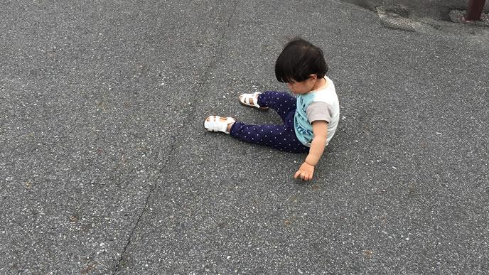 地面に座り込み反抗する男の子