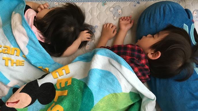 同じ向きで寝る兄と妹