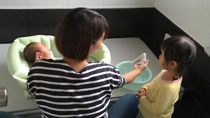 赤ちゃんの沐浴を眺めるお姉ちゃん