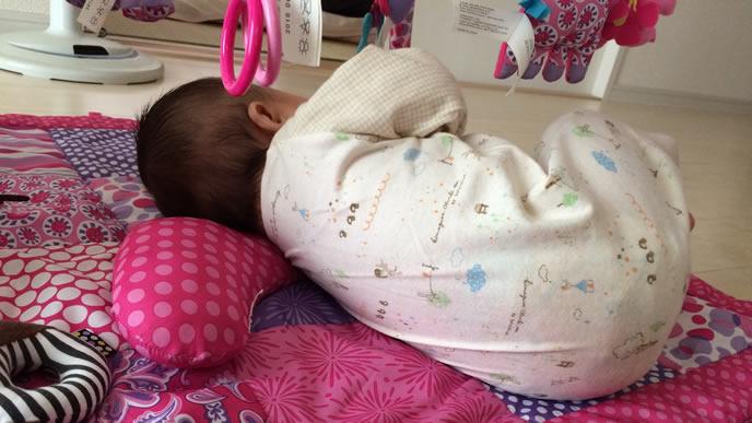 寝返りで体勢を整える赤ちゃん