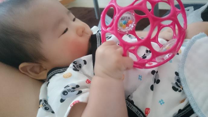 オーボールで一人遊び中の赤ちゃん