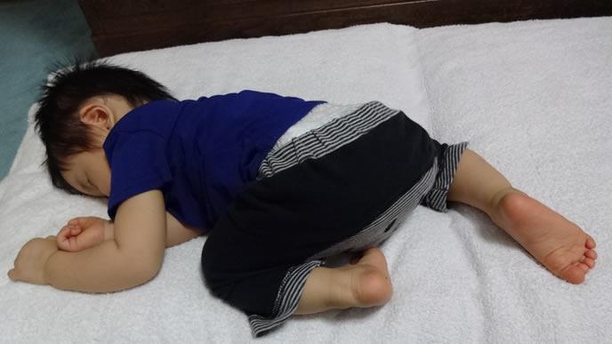 お尻をあげうつ伏せ寝する赤ちゃん