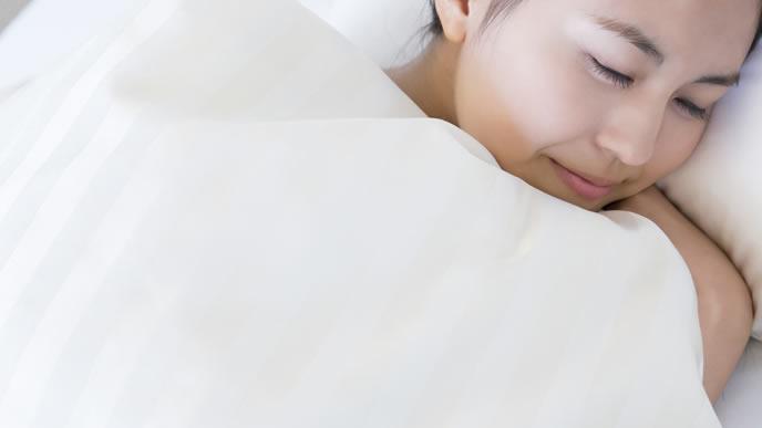 寝方を工夫して出産後の痛みを軽減する女性