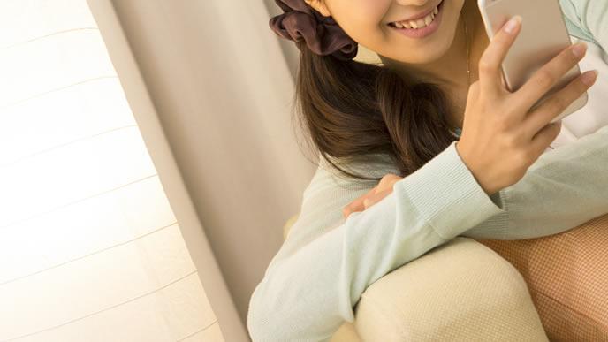 スマホを操作する妊娠中の女性