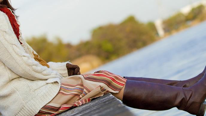 海岸線で考え事をする妊婦