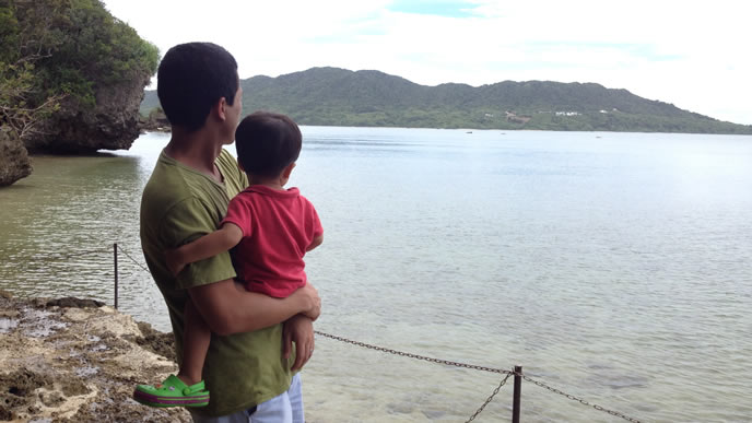 パパに抱っこされ湖を眺める赤ちゃん