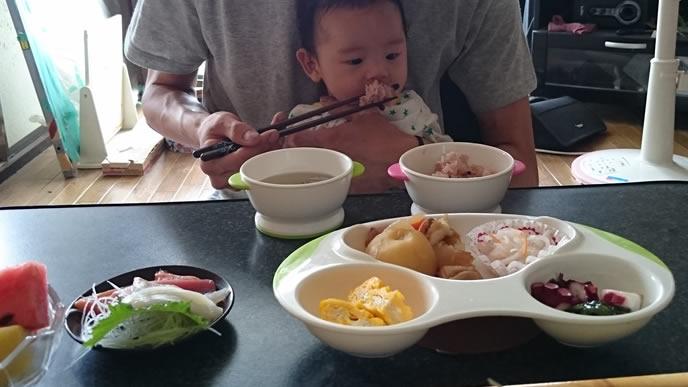 お食い初めの豪華な料理に戸惑う赤ちゃん