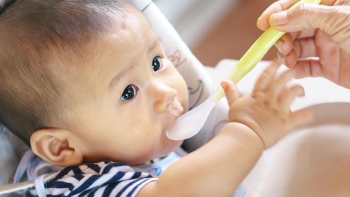 初めての離乳食に感動する赤ちゃん