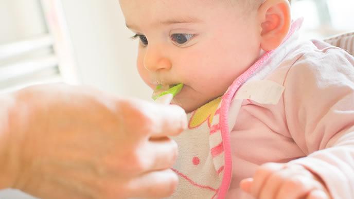 ママに離乳食を食べさせてもらう赤ちゃん