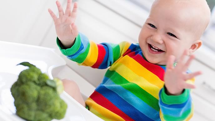 初めてブロッコリーを見て感動する赤ちゃん