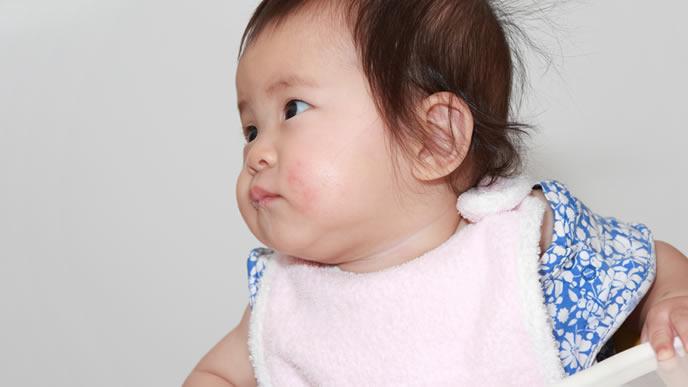 離乳食が食べたくて目で訴える赤ちゃん