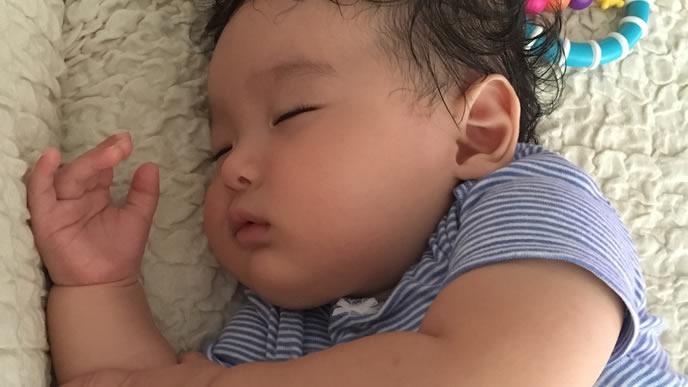 毛布の中で熟睡する赤ちゃん