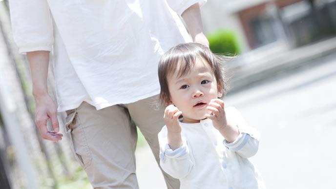 日焼け止めなしで外に散歩する赤ちゃん