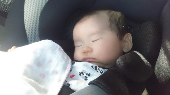日焼けしないようにハンカチをかけてもらった赤ちゃん