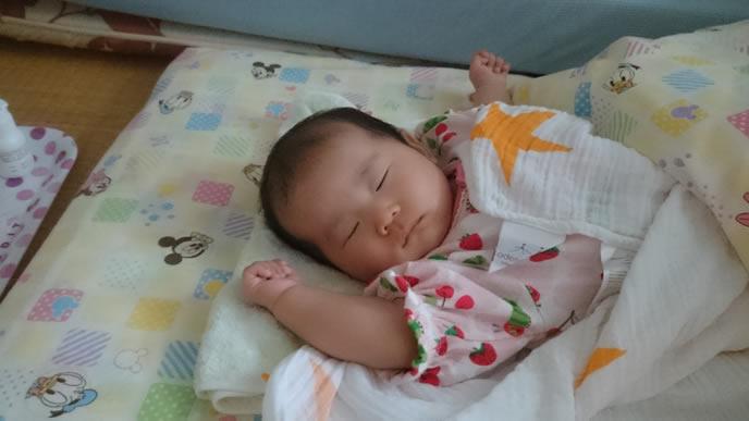 原始反射をする赤ちゃん
