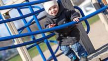 伝い歩きの時期は?行動範囲の広がる赤ちゃんの安全対策