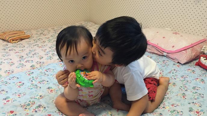 伝い歩きを初めて赤ちゃんと遊ぶ男の子