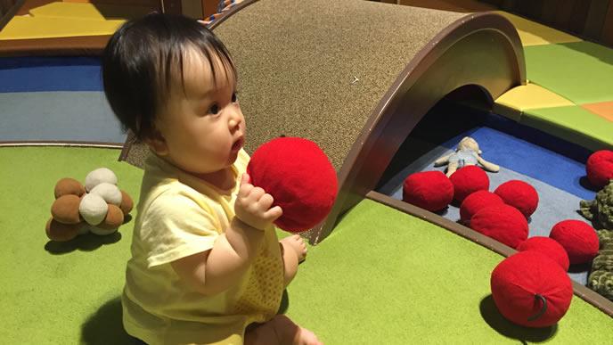ふかふかマットのプレイルームで遊ぶ赤ちゃん
