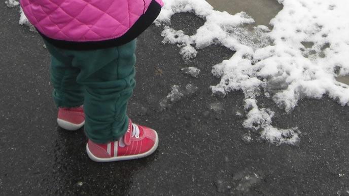 雪の日でも歩きやすいファーストシューズ