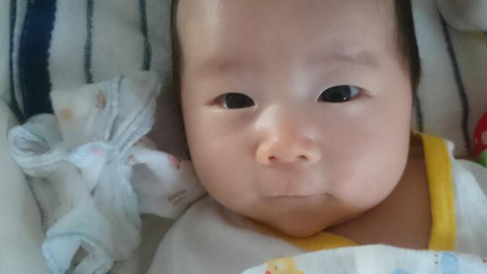 ミルクが欲しくてママを見つめる赤ちゃん