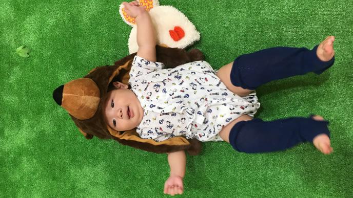 クマの着ぐるみを着てはしゃぐ赤ちゃん