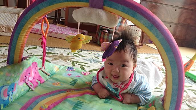 トンネルのメリーで笑顔になる赤ちゃん