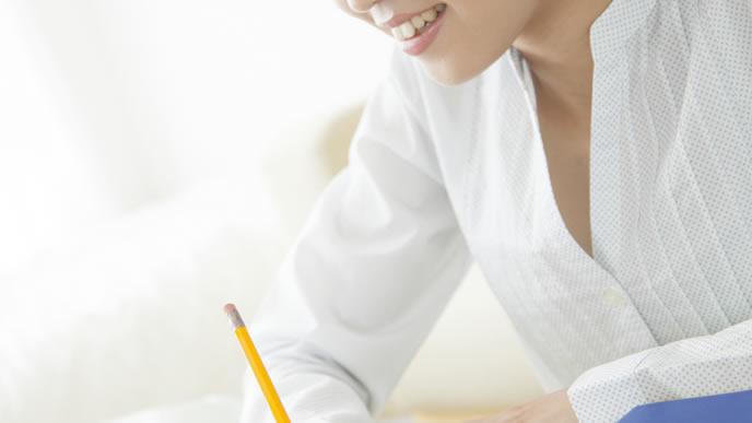赤ちゃんの授乳間隔を勉強する子育て中のママ