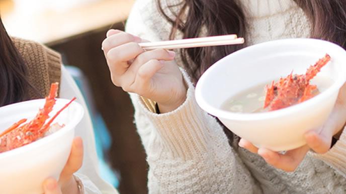 温かい味噌汁を飲む妊婦さん
