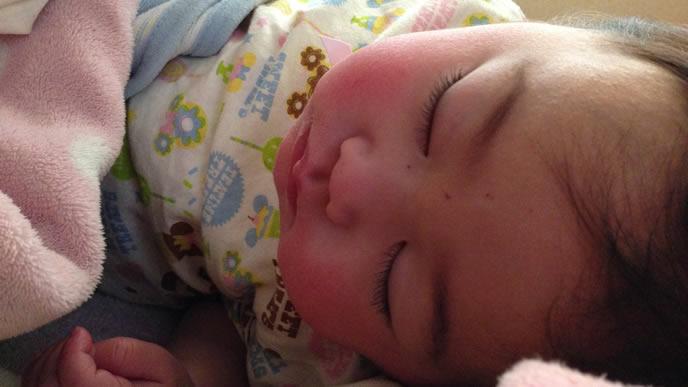 ママと添い寝してぐっすり寝る赤ちゃん