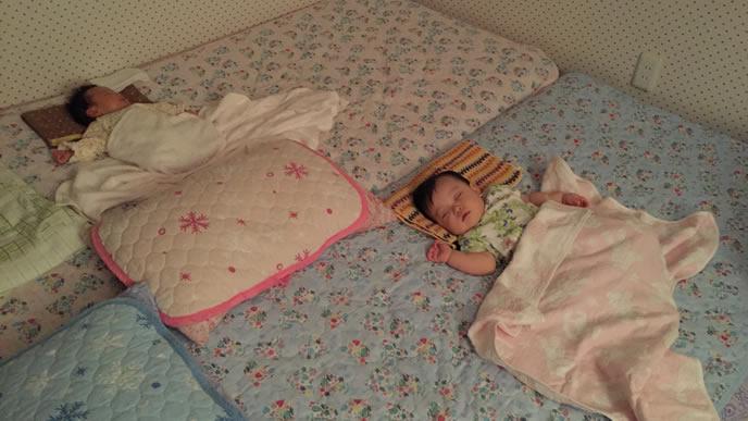 布団の上で寝る赤ちゃん達