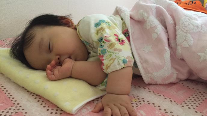 お風呂上りに指をしゃぶりながら寝る赤ちゃん