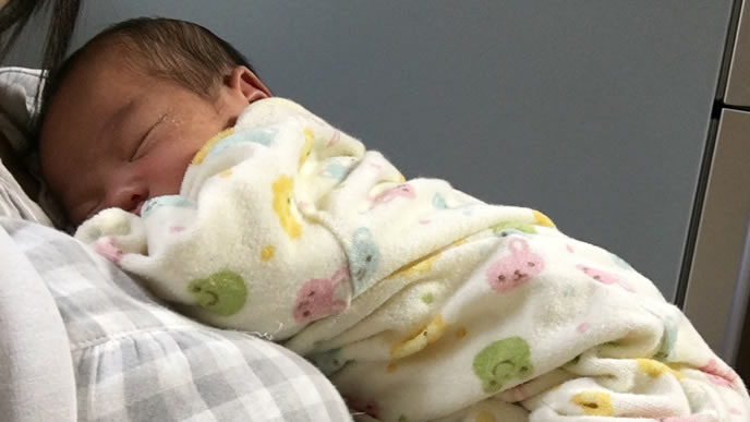 ママの上で気持ちよく寝る赤ちゃん