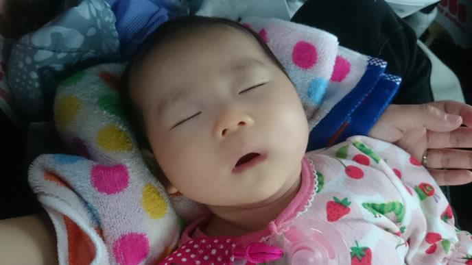 ママに添い寝してもらい熟睡する赤ちゃん