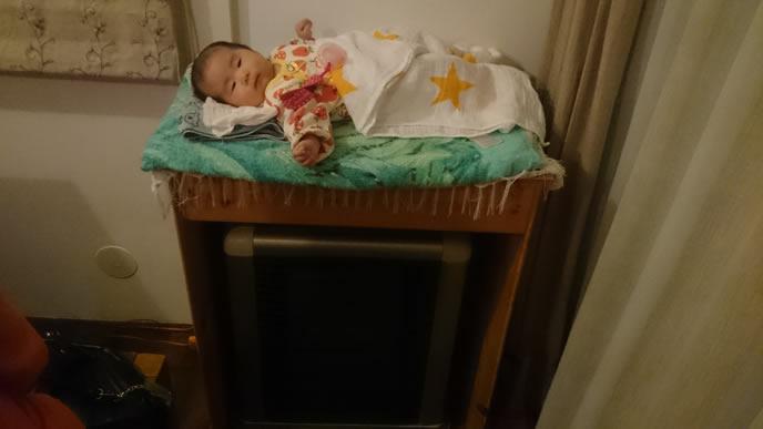 高い所で寝かされている赤ちゃん