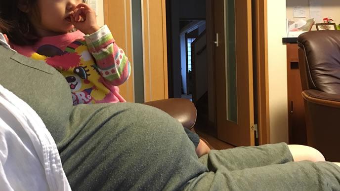 胎児の心拍数が心配で安静にする妊婦