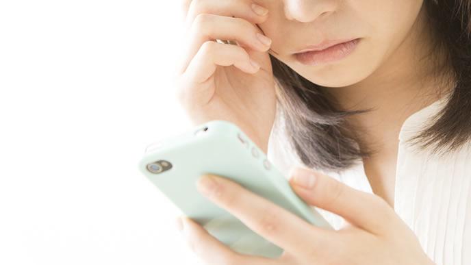 胎児の心拍数を計るアプリを使う妊婦